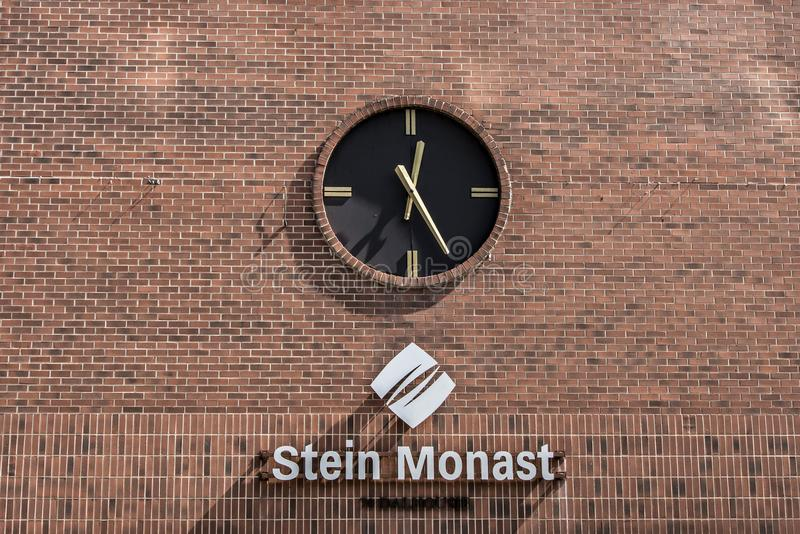 Quebec, Canada 12 09 2017 Uitstekende Postklok op een Rode Bakstenen muur bij Stein Monat-advocaat de bouwhoofdartikel stock foto