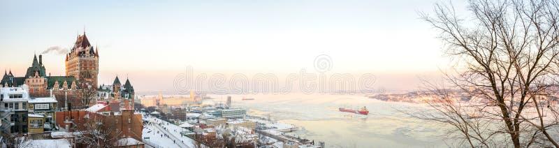 Quebec City horisontpanorama med chateauen Frontenac arkivbild