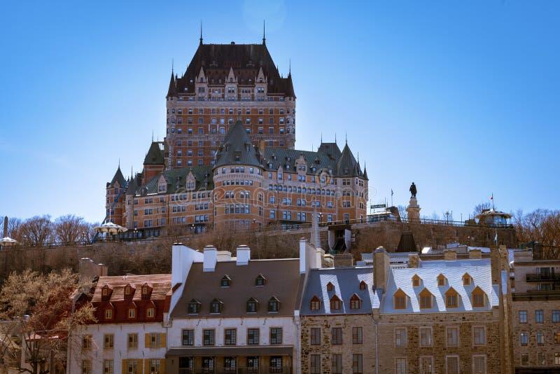 Quebec City Kanada - Maj 2, 2019 - chateauen Frontenac som beskådad från den gamla porten royaltyfri bild