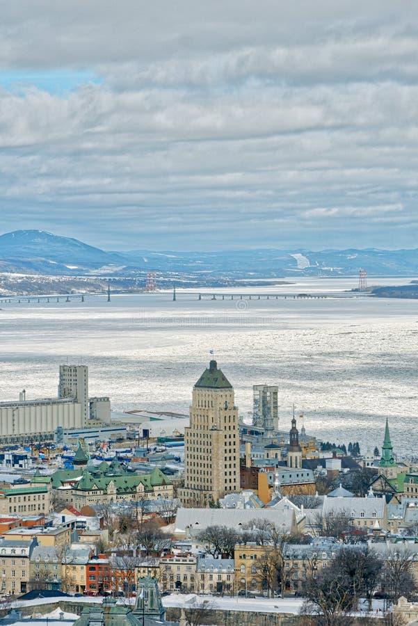 Quebec City och Stet Lawrence i vinter royaltyfria bilder