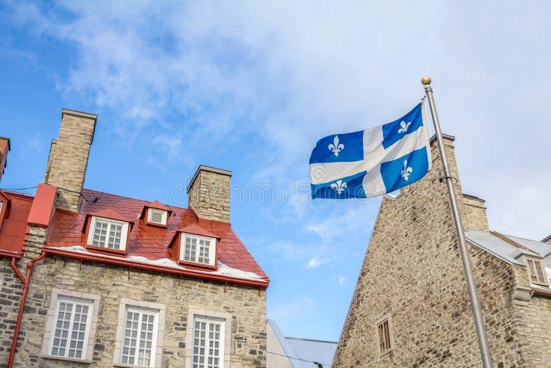 Quebec flaga przed Starymi domami w Starym Quebec mieście obraz stock