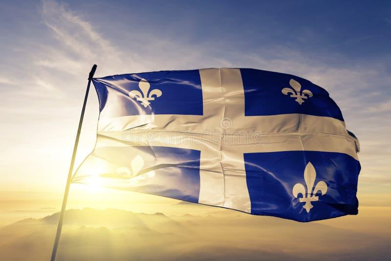 Quebec landskap av tyg för torkduk för Kanada flaggatextil som vinkar på den bästa soluppgångmistdimman stock illustrationer