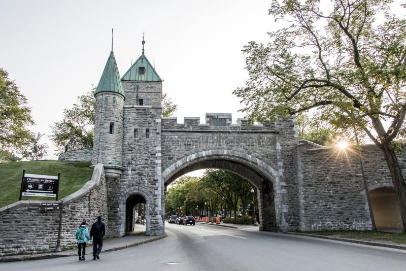 Quebec miasta Kanada historyczna warowna ściana z ulicznym zmierzchem z parą iść dla przespacerowania zdjęcia stock
