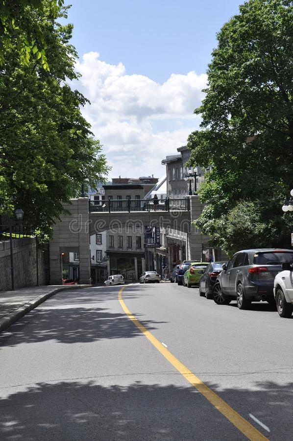 Quebec 28th Juni: PortPorte Prescott över Rue Cote de la Montagne av gamla Quebec City i Kanada fotografering för bildbyråer