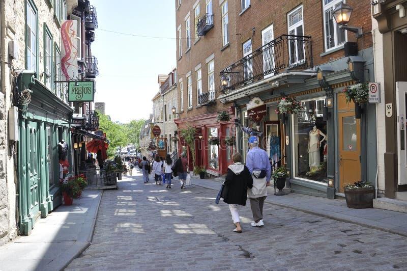 Quebec 28th Juni: Turister på Rue du Petit Champlain från gamla Quebec City i Kanada royaltyfria bilder