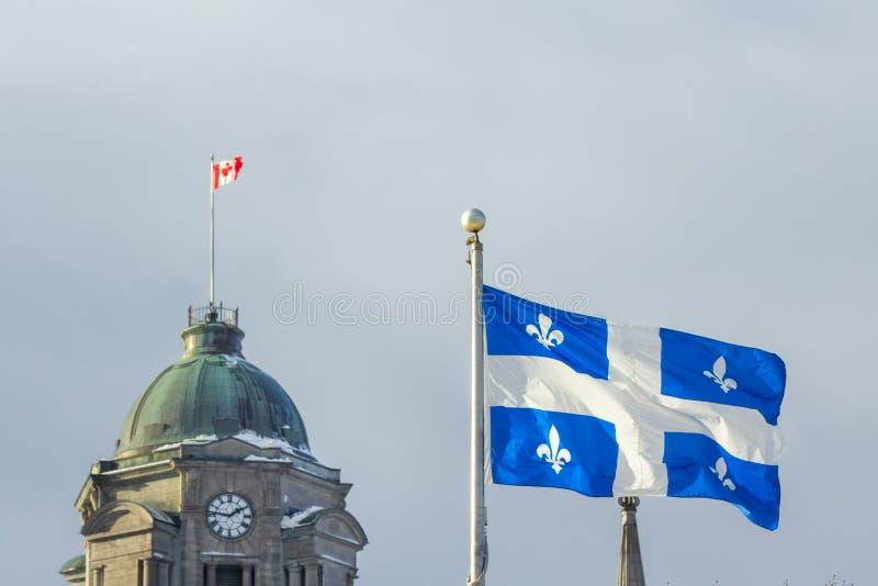 Quebec y banderas canadienses en la ciudad de Quebec, control de calidad, Canadá fotografía de archivo libre de regalías