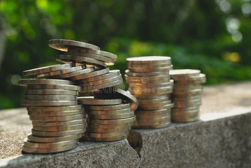 Quebra ascendente do assoalho da planta que cresce com conceito das moedas fotos de stock royalty free