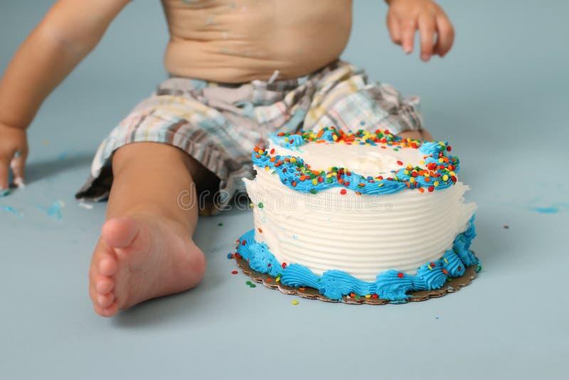 Quebra do bolo de aniversário fotografia de stock royalty free