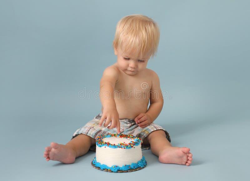 Quebra do bolo de aniversário imagens de stock royalty free
