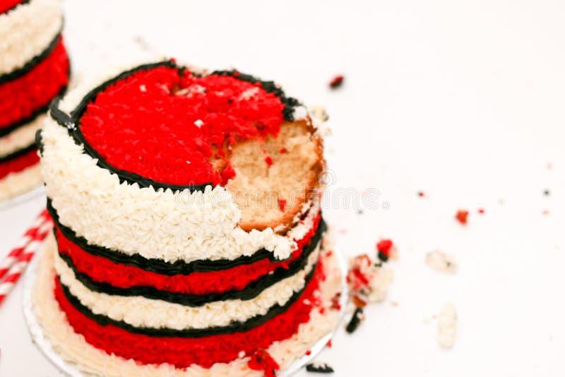 Quebra do bolo de aniversário foto de stock royalty free