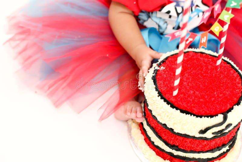 Quebra do bolo de aniversário do bebê com bolo vermelho imagem de stock