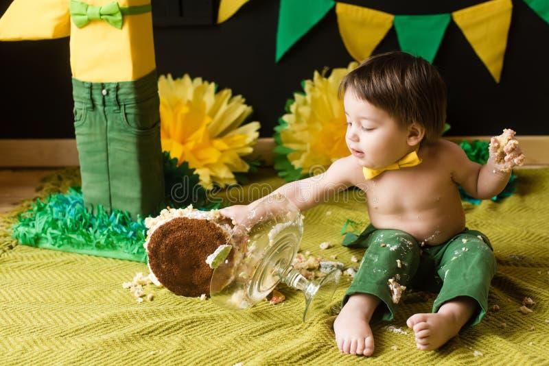 Quebra do bolo Menino feliz pequeno no primeiro aniversário fotos de stock royalty free