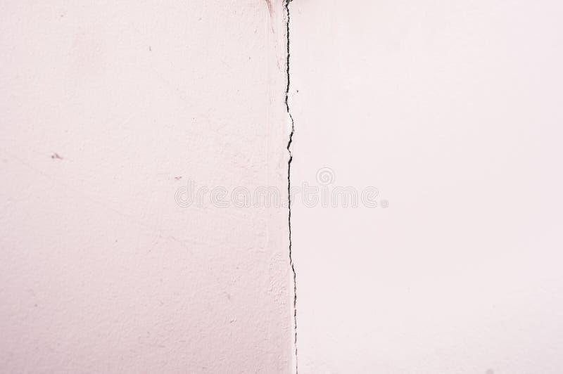 Quebra em uma parede da placa de gesso A massa de vidraceiro rachou-se fotos de stock