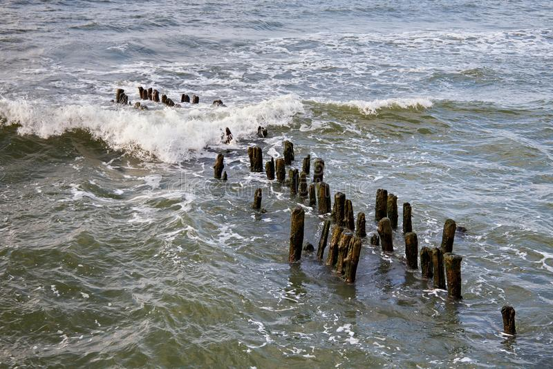 Quebra-mar alemão velho na costa de mar Báltico fotos de stock royalty free