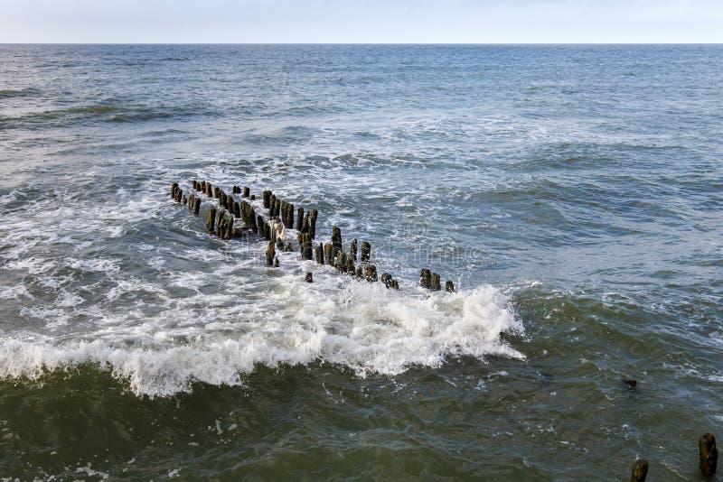 Quebra-mar alemão velho na costa de mar Báltico imagem de stock