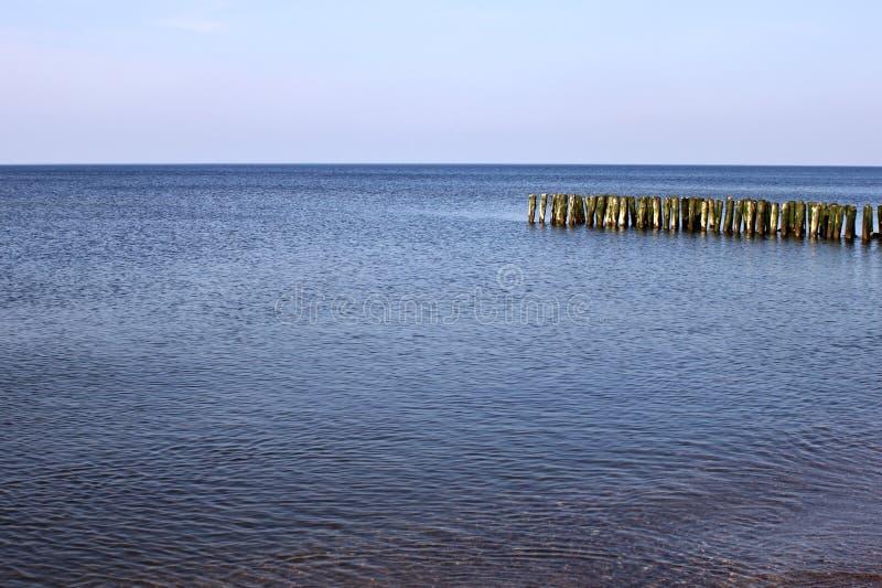 Quebra-mar alemão velho na costa de mar Báltico imagem de stock royalty free