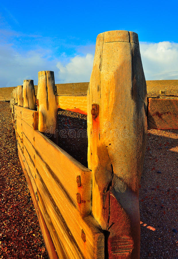 Quebra-mar banhado na luz do sol do inverno fotos de stock royalty free