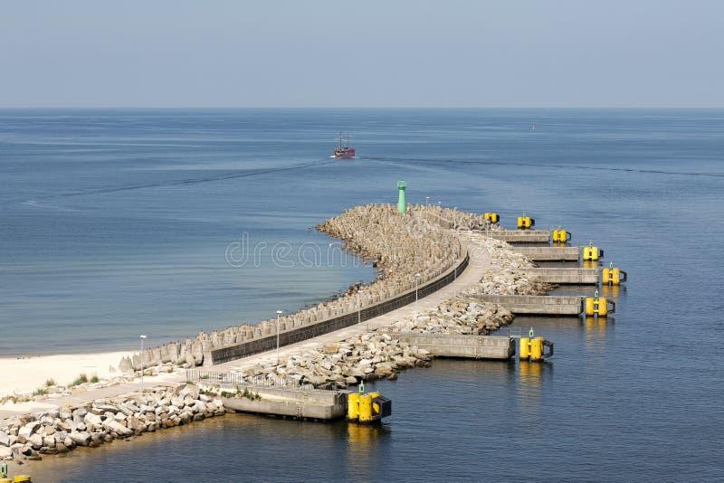 Quebra-mar com o farol verde em Kolobrzeg foto de stock