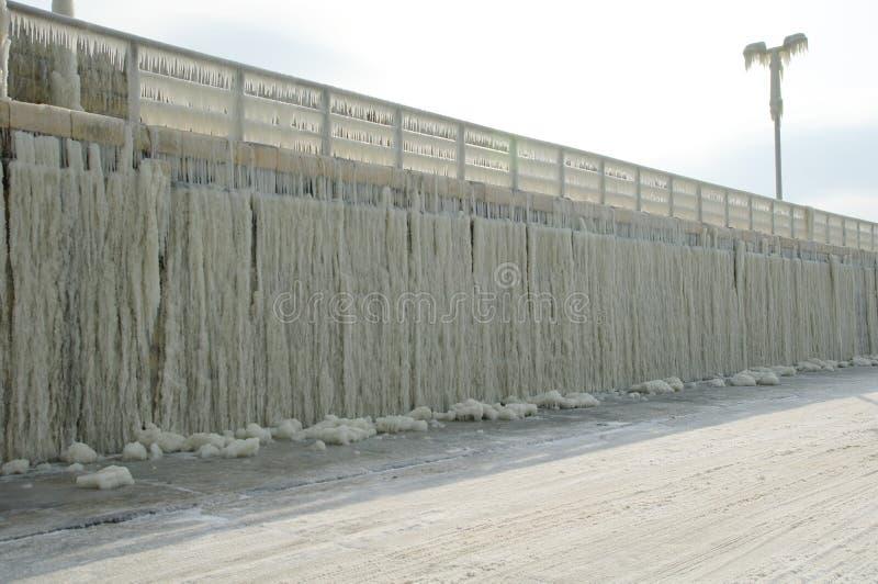 Quebra-mar congelado após a tempestade do inverno fotos de stock