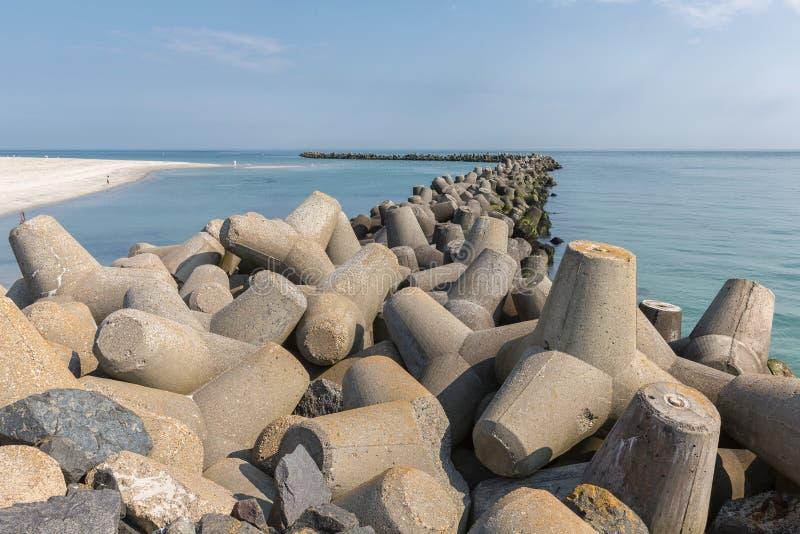 Quebra-mar dos tetrapots na ilha de Helgoland no Mar do Norte alemão fotografia de stock royalty free