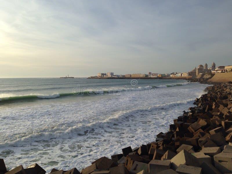 Download Quebra-mar Em Cadiz, Andalucia Foto de Stock - Imagem de surf, céu: 65577566