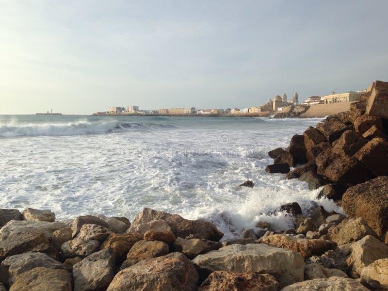 Download Quebra-mar Em Cadiz, Andalucia Imagem de Stock - Imagem de céu, surf: 65577661