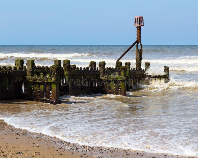 Quebra-mar em Mundesley Norfolk Inglaterra imagem de stock