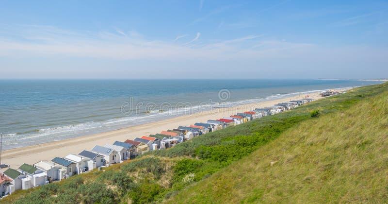Quebra-mar em uma praia recreacional na terra de proteção da mola do mar foto de stock