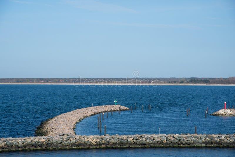 Quebra-mar na entrada ao porto de Rostock em Alemanha imagens de stock royalty free
