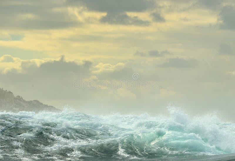 Quebra poderosa das ondas de oceano Onda na superfície do oceano fotos de stock royalty free