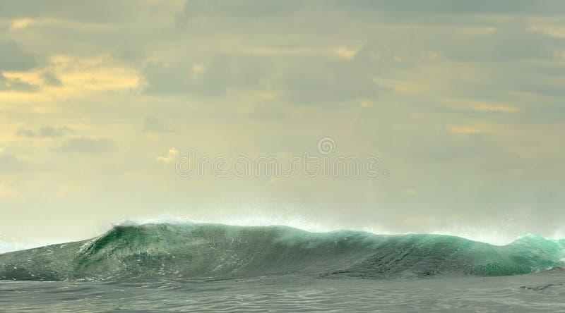 Quebra poderosa das ondas de oceano Onda na superfície do oceano foto de stock