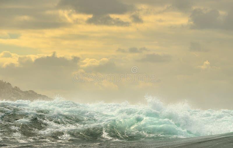 Quebra poderosa das ondas de oceano Onda na superfície do oceano fotografia de stock