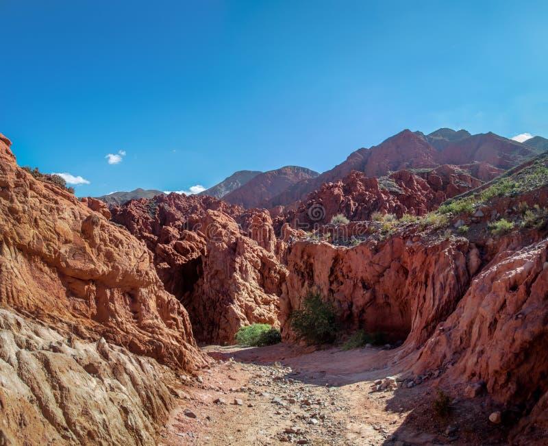 Quebrada DE las Senoritas desertic vallei in Uquia-Dorp in Quebrada DE Humahuaca - Uquia, Jujuy, Argentinië stock foto