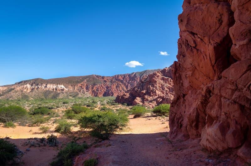 Quebrada DE las Senoritas desertic vallei in Uquia-Dorp in Quebrada DE Humahuaca - Uquia, Jujuy, Argentinië royalty-vrije stock afbeeldingen