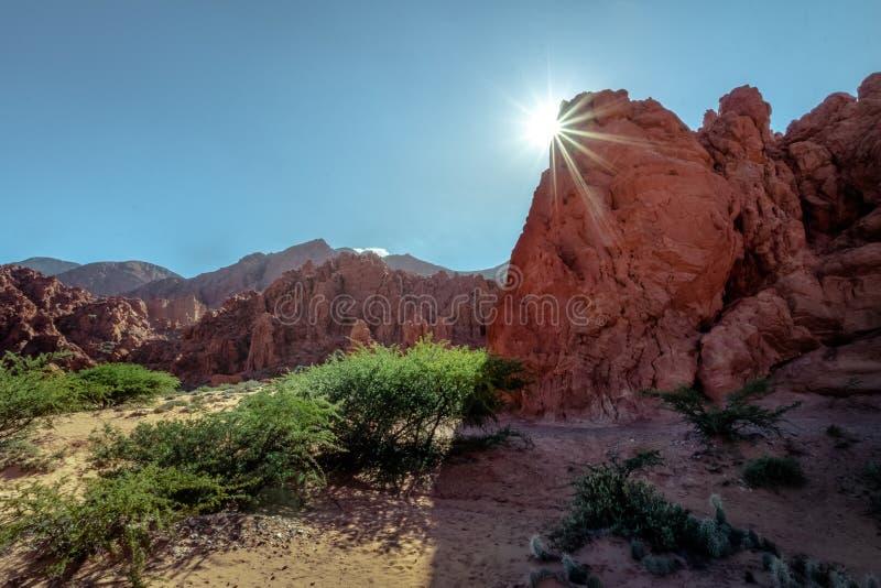 Quebrada DE las Senoritas desertic vallei in Uquia-Dorp in Quebrada DE Humahuaca - Uquia, Jujuy, Argentinië stock afbeeldingen