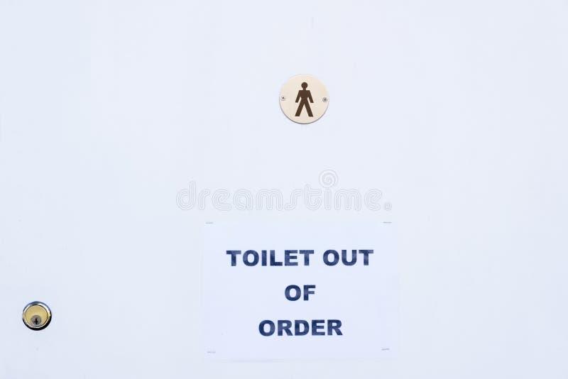 Quebrado avariado do sinal masculino do toalete foto de stock