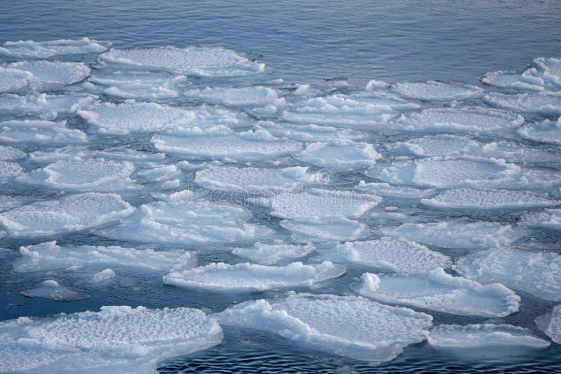 Quebrando o floe de gelo da mola imagens de stock royalty free
