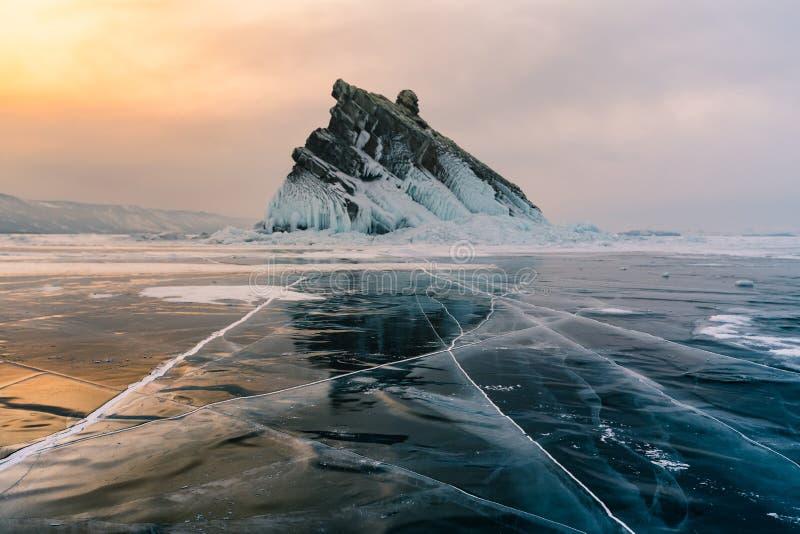 Quebrando o gelo da quebra sobre a estação do inverno de Rússia do lago da água de Baikal fotos de stock royalty free