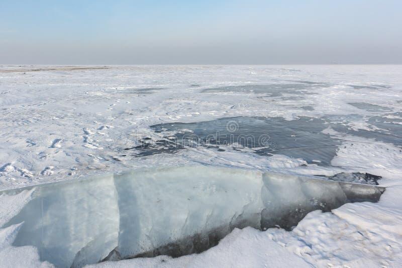 Quebrando o gelo no rio, reservatório de Ob, Sibéria, Rússia imagens de stock royalty free