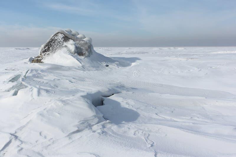 Quebrando o gelo no rio, reservatório de Ob, Sibéria, Rússia imagens de stock