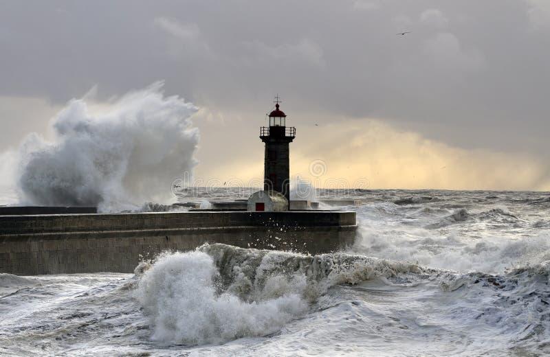 Quebrando o respingo da onda do mar no por do sol foto de stock royalty free