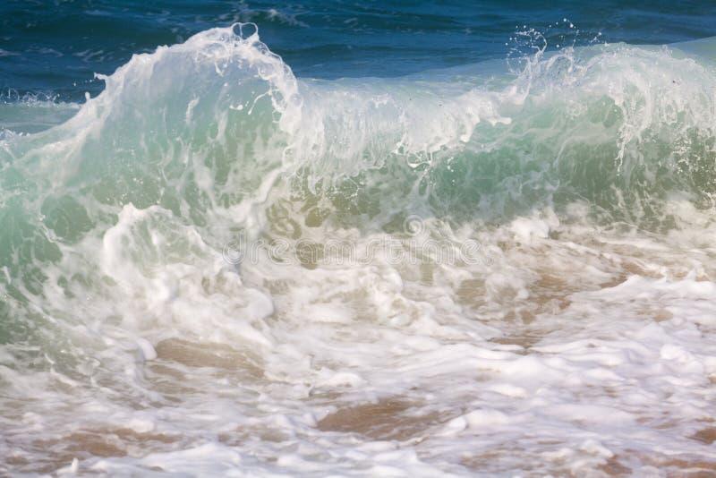 Quebrando ondas de oceano fotografia de stock royalty free