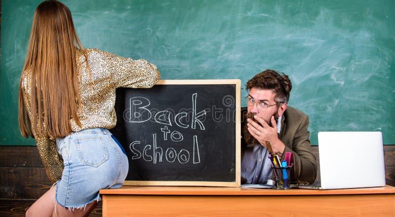 Quebrando regras Sedutora do estudante A mini saia do estudante com nádegas 'sexy' seduz o professor Disciplina do comportamento  imagens de stock royalty free
