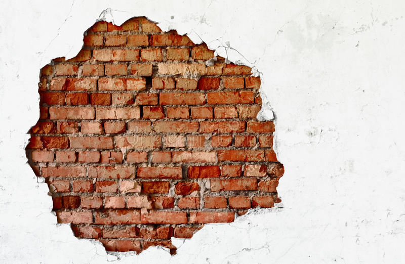 Quebre na parede branca - alvenaria velha foto de stock royalty free