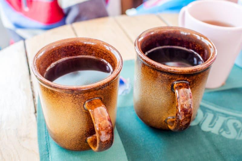 Quebre o tempo com chá quente na barra do esqui dos apres foto de stock