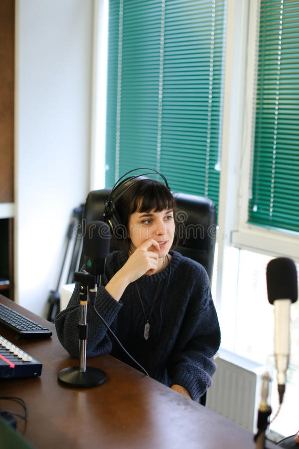 Quebre a ruptura comercial durante a gravação do st de transmissão de rádio imagens de stock