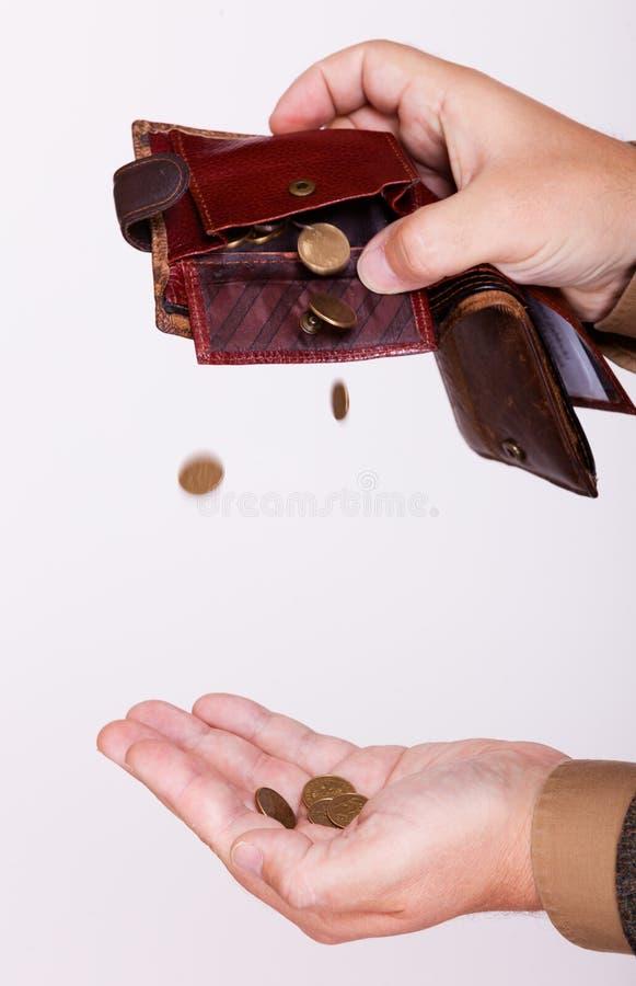 Quebrou o homem de negócios com bolsa vazia e lustram moedas fotografia de stock