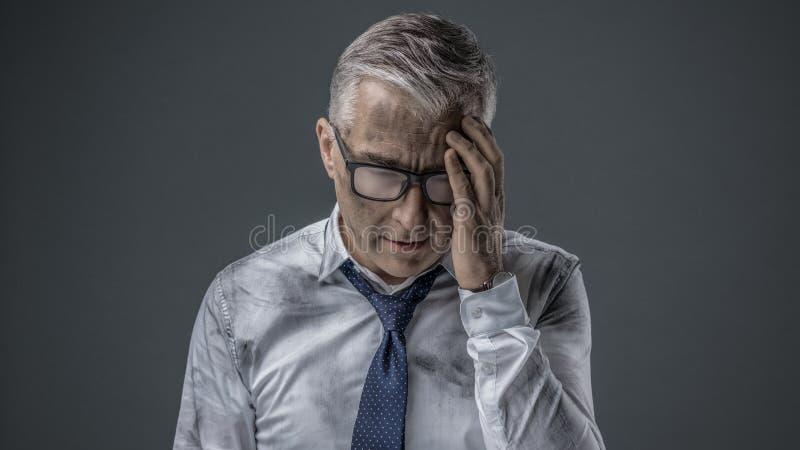 Quebrou o homem de negócios desempregado foto de stock