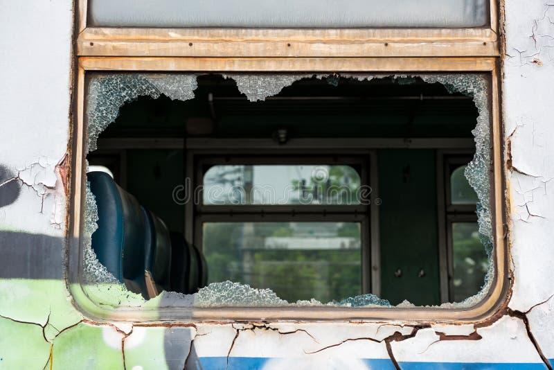 Quebrou o trem quebrado da janela de vidro fotografia de stock