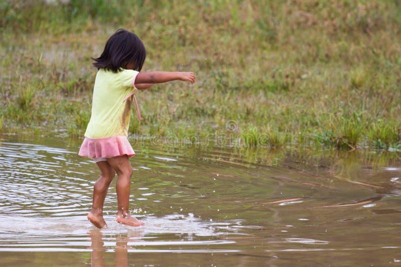 Quechua άλματα κοριτσιών παιχνιδιάρικα στο ύδωρ στοκ φωτογραφία